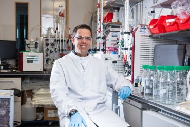 Photo | Prof. Sandy Douglas in his lab