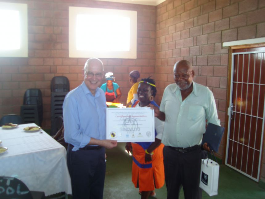 The Vice-Chancellor of Oxford University, Professor Andrew Hamilton, thanking Rhamniyba village chief Ernest Mene for the community's participation in the Sinovuyo project