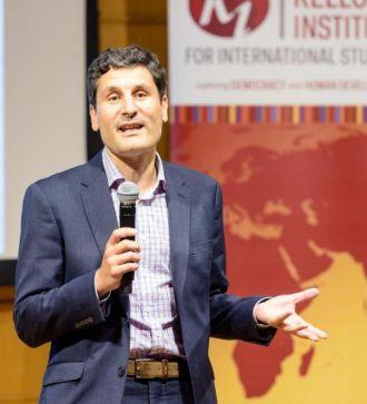 Photo of Professor Diego Sánchez-Ancochea giving a talk at Kellogg 2018
