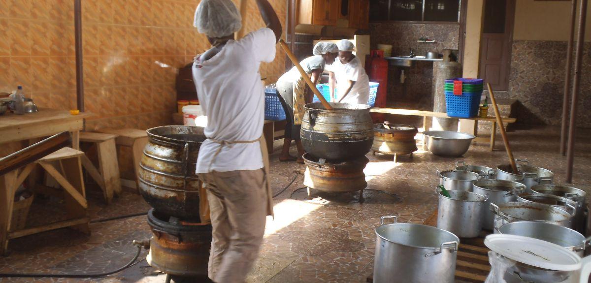 Wheel rims make wonderful cooking stoves