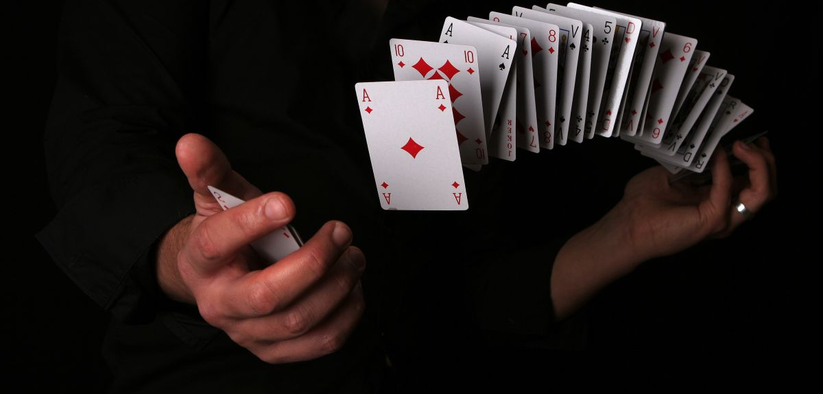 Playing cards with quantum states
