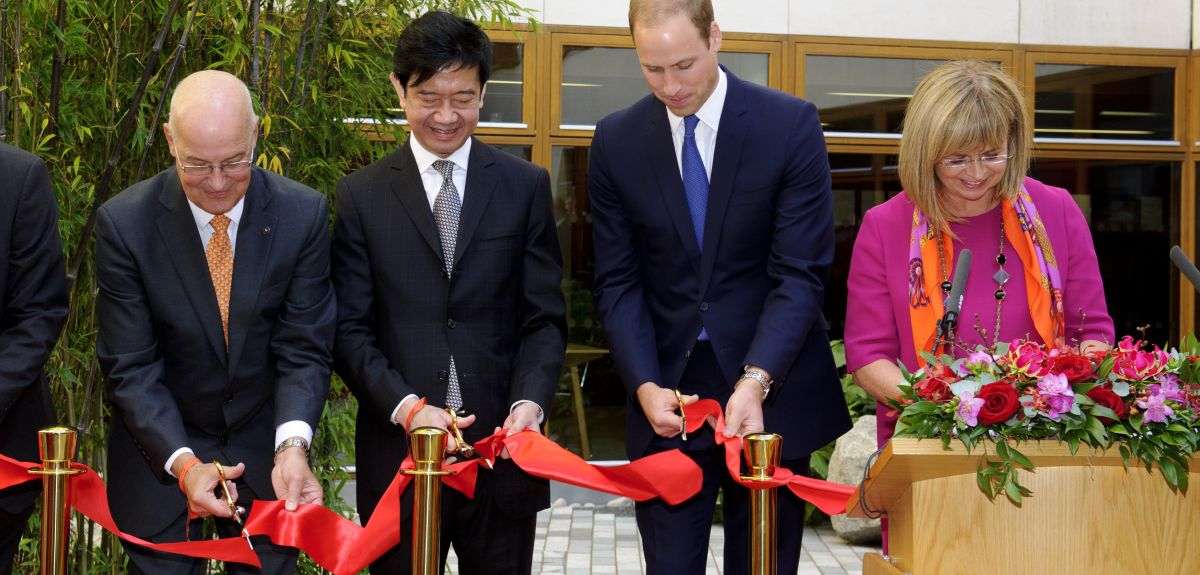The Vice-Chancellor, Professor Andrew Hamilton, Mr Dickson Poon, The Duke of Cambridge, and Dame Elish Angiolini QC  perform a traditional Chinese ribbon cutting ceremony