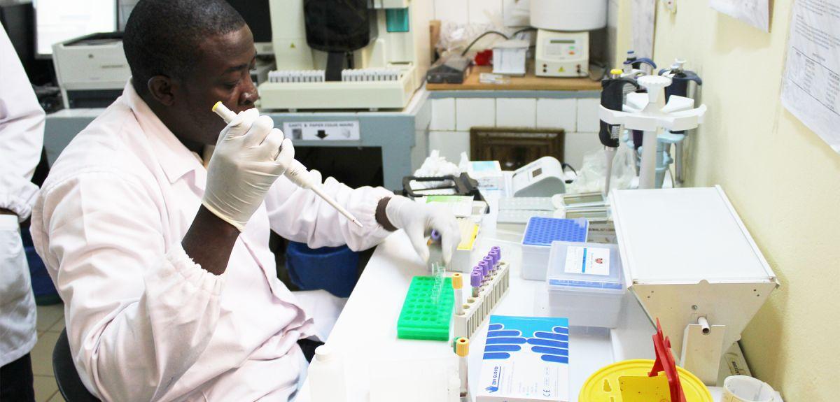 Photo | Technician working in the lab, Nanoro
