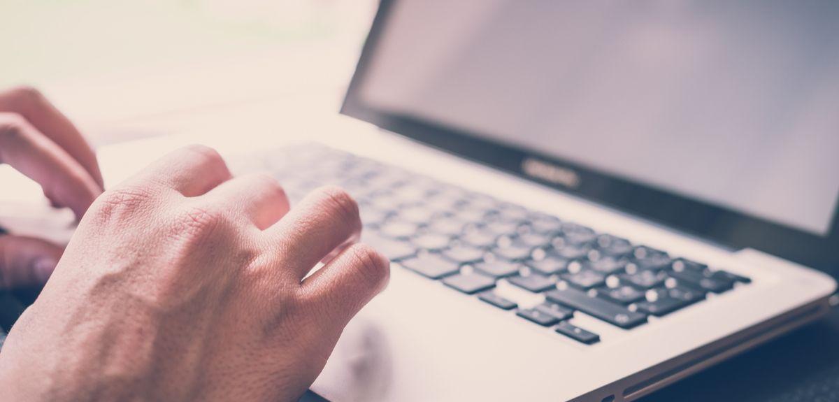 Photo   Close up hands using laptop