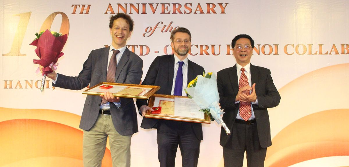 Professors Heiman Wertheim (left) and Peter Horby (centre) receive their medals from Professor Tran Quoc Kham, Vice Head of Science and Technology Division, Vietnamese Ministry of Health